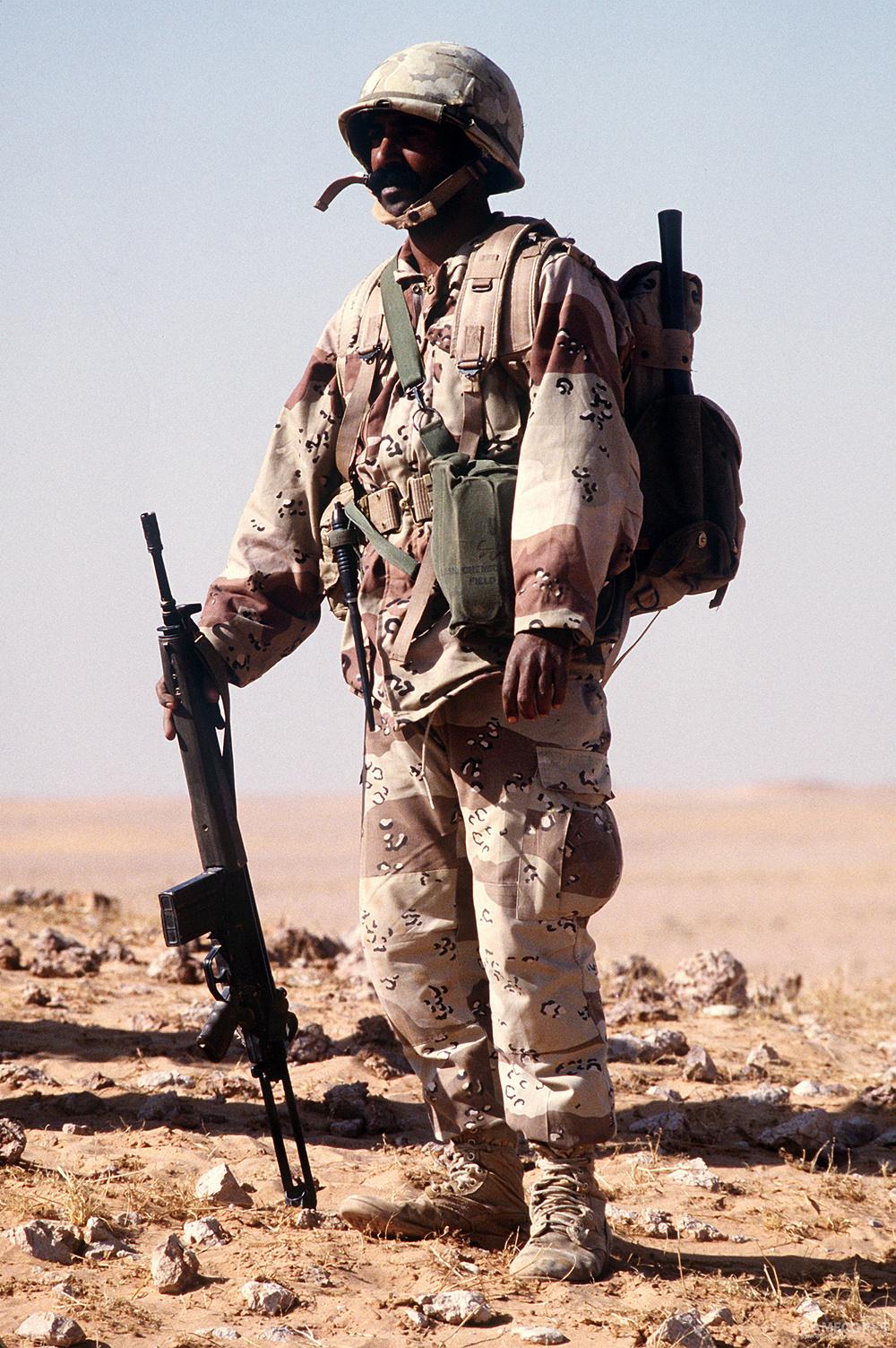 身穿全套美产沙色ALICE装具和六沙迷彩作战服、手持G3A4自动步枪的沙特阿拉伯陆军士兵(1978)