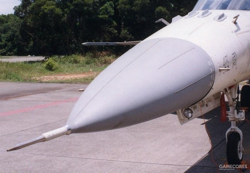 机头风挡前有4根IFF天线