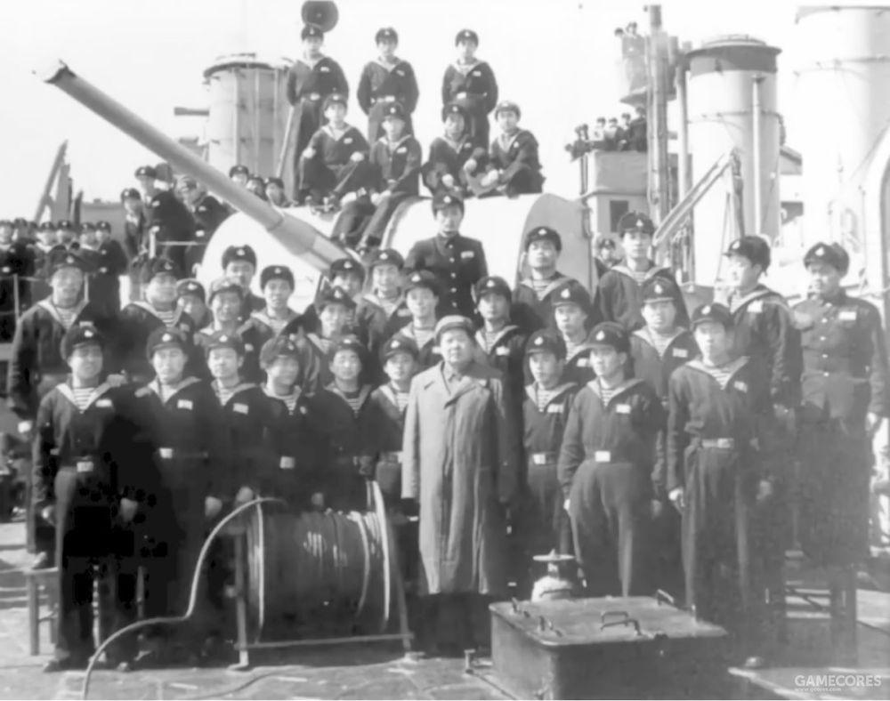 1953年2月19日,毛主席和长江舰上的海军官兵合影