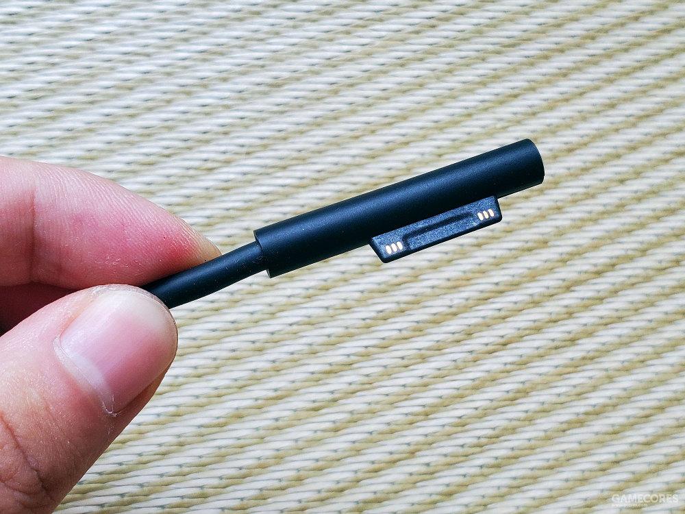 磁吸式的充电接口设计确实挺方便的