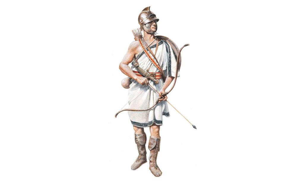 复原的克里特弓箭手,他使用的是复合弓,除了开放脸部的头盔和一面盾牌外没有其他防具。早在亚历山大之前,克里特弓箭手就参与了色诺芬的万里长征