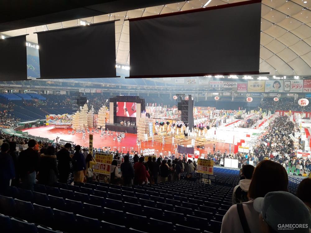 入场区,可看到棒球场的全景,左侧是节目表面区。