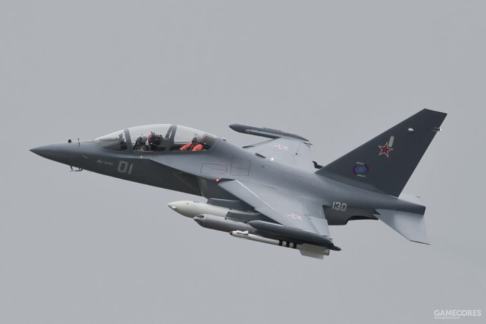 飞行中的雅克-130