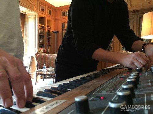 一张照片:Thom 和 Jonny(?)在 A Moon Shaped Pool 录制期间在  La Fabrique 工作室摆弄 Sequential Prophet 5。
