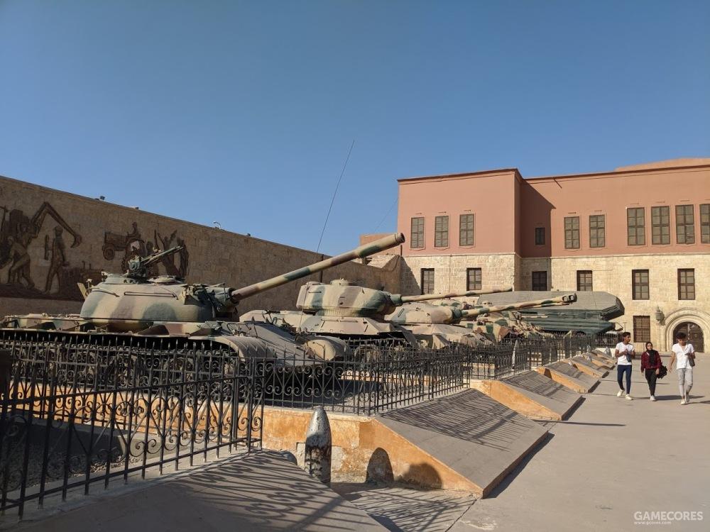 坦克陈列与前来游玩的年轻人