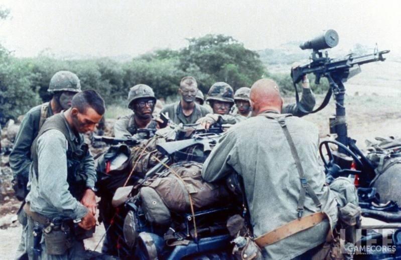 准备出发巡逻的陆军游骑兵,注意右侧人员背后的背带