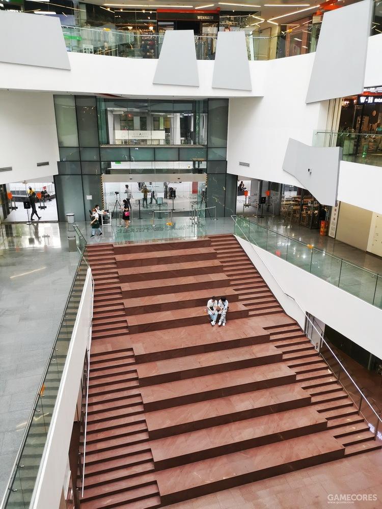 当年这个下沉式的阶梯看台是同人祭各种表演的主舞台,只不过那时的台阶还是钢琴键的黑白配色。
