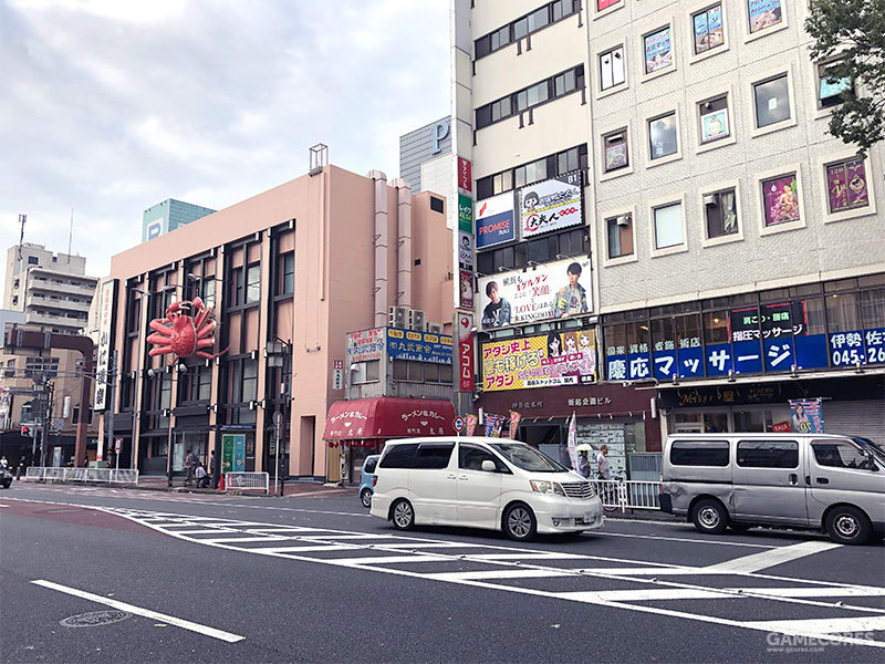 堂吉诃德的斜对面的街上有一家蟹道乐横滨店,店面很小,不知道是不是会在游戏里出现