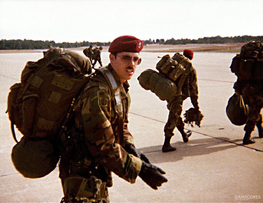 在机场准备登机的82空降师士兵,注意他背负的大号ALICE背包
