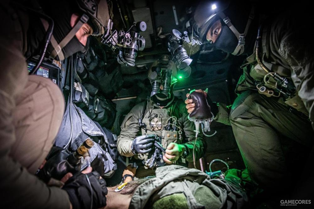 669中队的队员在直升机机舱内进行急救训练