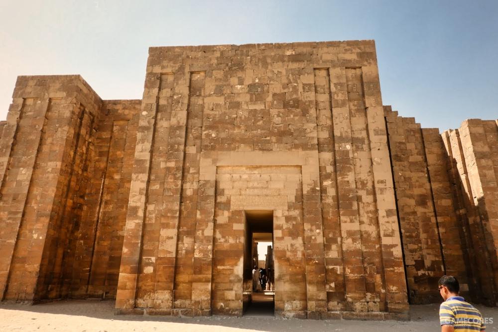 神庙入口,右下角为导游