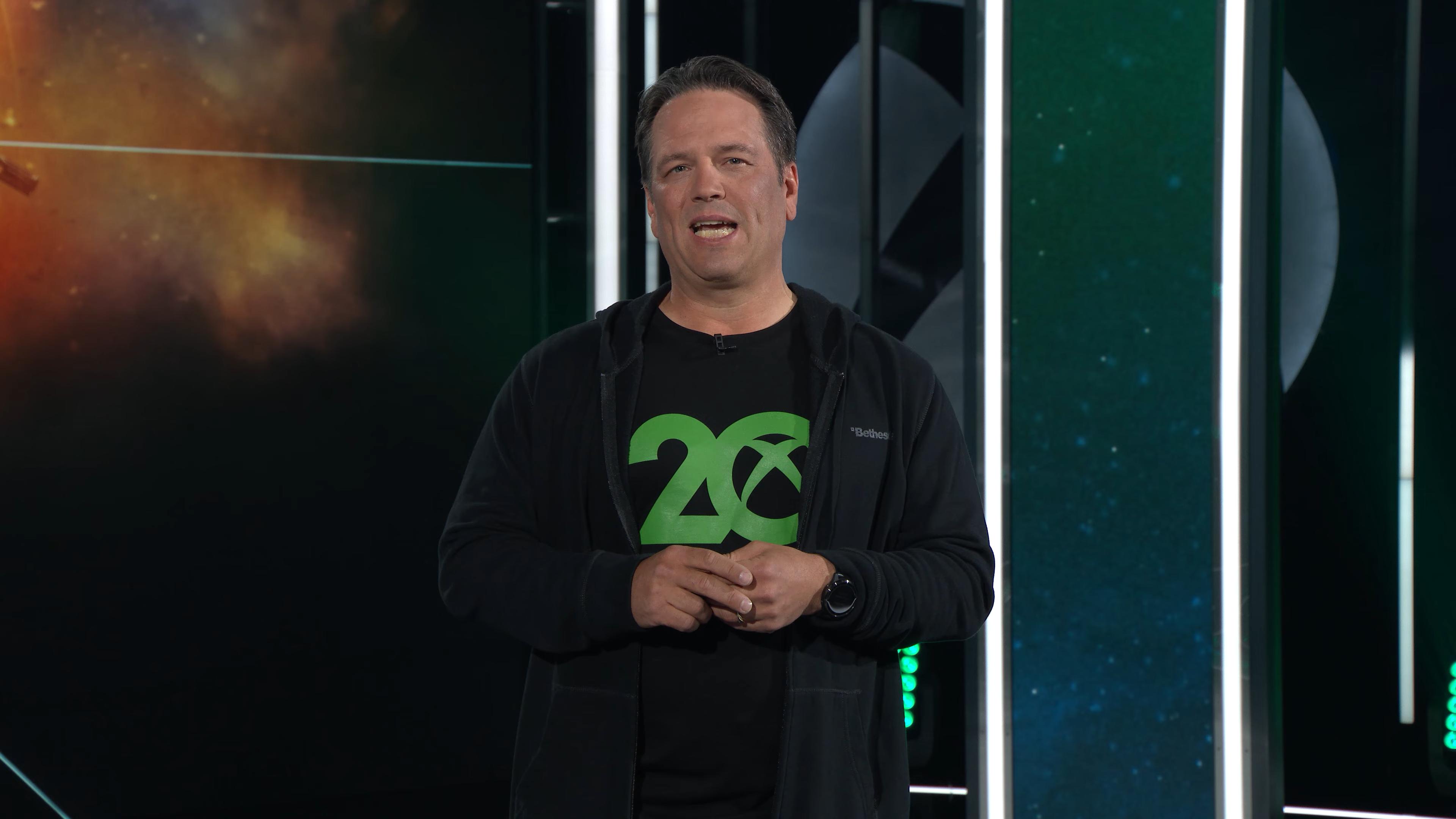 注意最后 Phil 登场穿的衣服:内衬T恤是Xbox20周年,外套印着 Bethesda