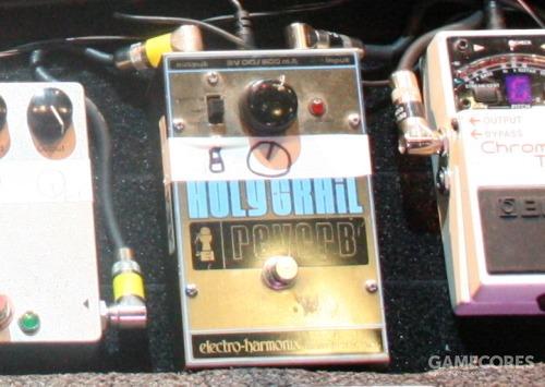"""一张近照:Thom 的原版""""大盒""""Holy Grail,图片来自2008年04月01日 BBC Radiohead 特别节目(ms muffet 摄影)。"""