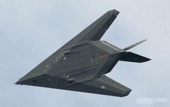 较为典型的就是F-117的设计。其腹部是个完整的平面。进气口和喷口都处于下表面遮挡之下。