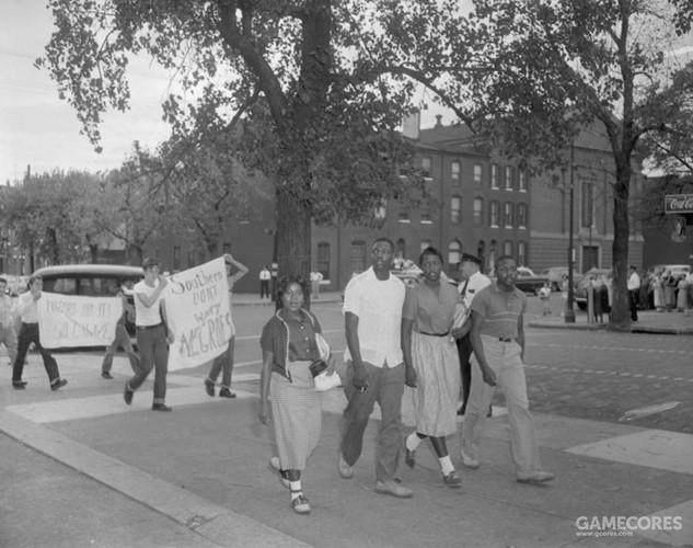 1954年巴尔的摩大学,非裔美国人的学生被后面的白人抗议。