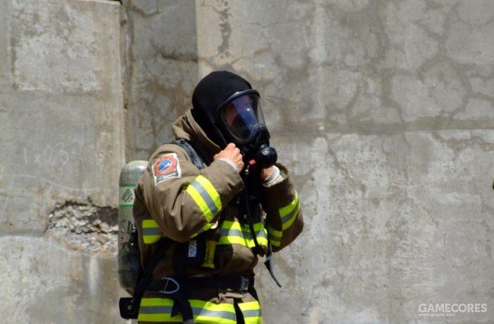 佩戴类似呼吸器的消防员