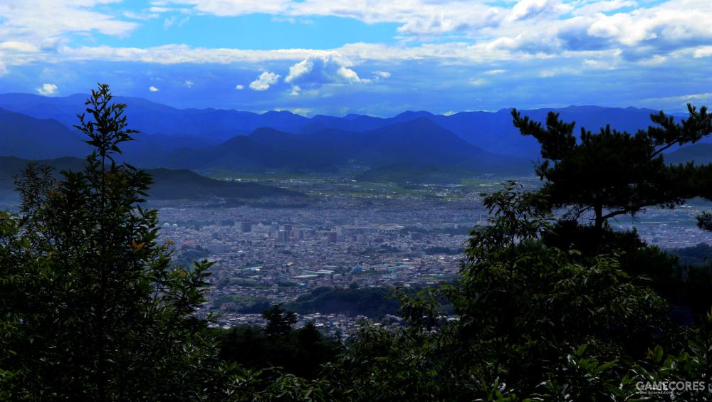从砥石城迹山顶就能远眺整个城镇的全貌