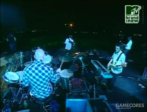 一张来自2002年8月3日西班牙 Benicassim 表演 Fake Plastic Trees 时的照片,红色的便是 Nord Drum 鼓合成器。