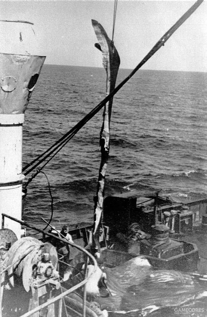 """""""海参崴""""号上,人们正在处理抹香鲸的鲸油"""
