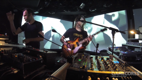 Thom 在2013年3月28日的 Le Poisson Rouge 弹着 Epiphone Casino 一号,演奏 Black Swan(YouTube)。