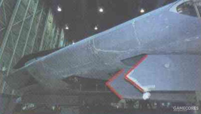 自卫弹舱的发射架与弹舱门为一体设计。各个舱室的舱门两段均采用48°的斜切角设计,与机翼后掠角吻合。
