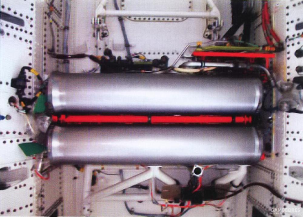 由于YF-23 PAV-2需要进行高风险的飞行试验项目。为了能在发动机全部停车、发电机故障或关键液压系统失效这些极端情况下提供有限电力与液压动力,除了原有的紧急动力系统外,YF-23 PAV-2在武器舱空间里安装了一组额外的紧急动力系统。该系统工作时,高压的氮气推动联氨液体流过一道铱金属催化剂网以反应产生高温高压气体。并以高温高压气体推动机械结构来带动发电机与液压泵。
