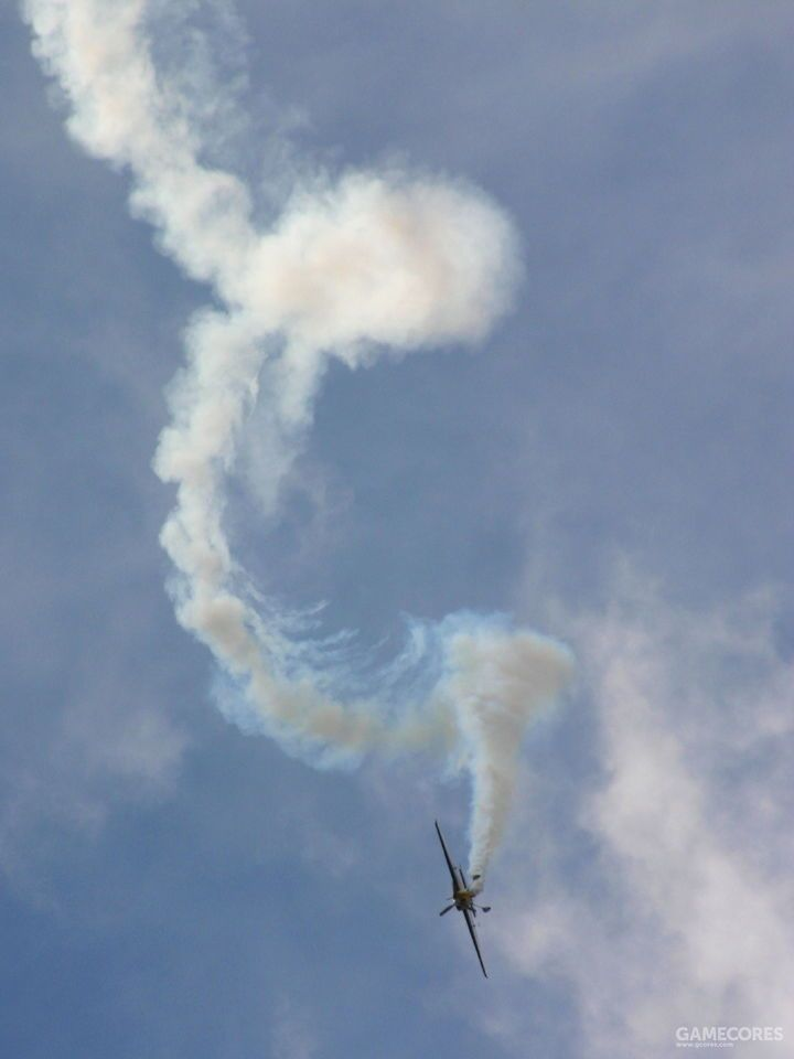 虽然现在飞行训练中也会加入尾旋改出相关的科目,飞行表演中偶尔也会有故意进入尾旋并改出这样的表演动作。不过都是在飞行性能相当熟悉的机型上进行的,而且飞行高度也有严格要求。