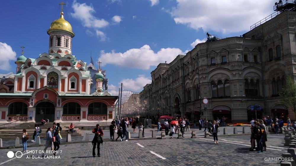 左为喀山大教堂,右为国家百货商场