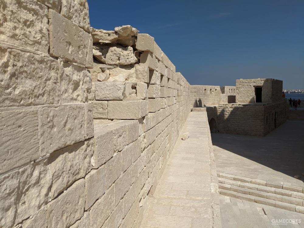 西南面薄墙上的通道仅容一人通过