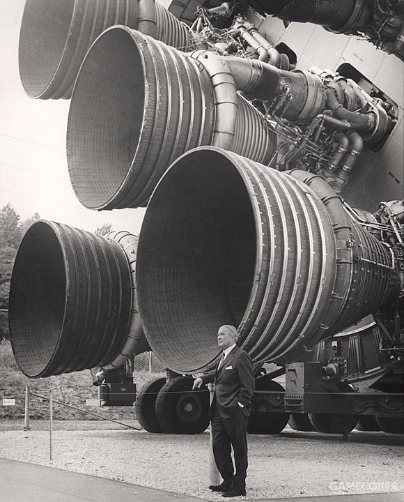 冯.布劳恩和巨大的F-1发动机的合影