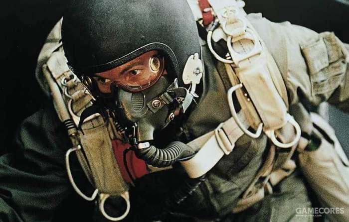 在军事自由伞降中使用马术风镜的特战队员